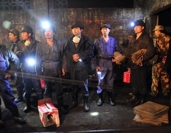 Спасатели ожидают своей очереди в китайской шахте. Фото: az-online