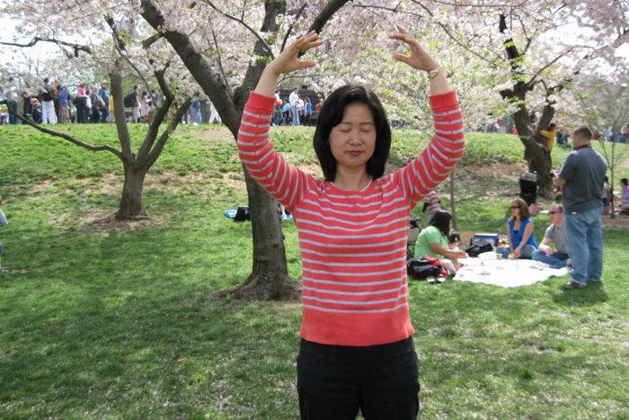 Женщина делает одно из упражнений Фалуньгун в Вашингтоне, округ Колумбия. Фото с сайта theepochtimes.com