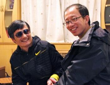 Ху Цзя (справа), общается со слепым адвокатом Чэнь Гуанчэном после его побега. Пекин. Фото STR/AFP/GettyImages