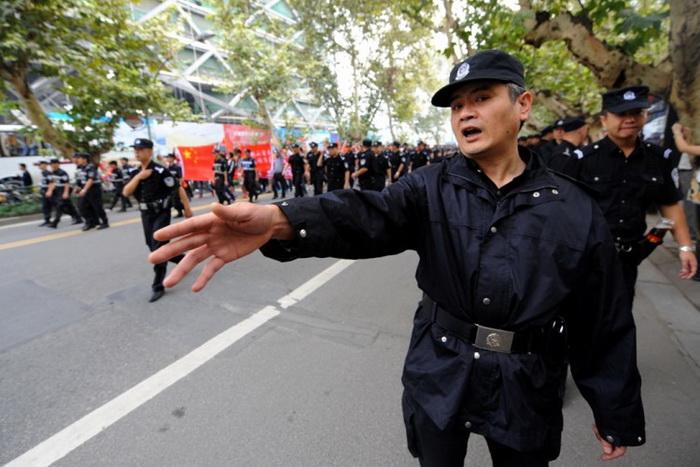 Китайская полиция расчищает путь для участников антияпонской демонстрации 18 сентября в Чэнду, провинция Сычуань, на юго-западе Китая. Многие из этих протестов были организованы властями. Фото: Goh Chai Hin/AFP/GettyImages