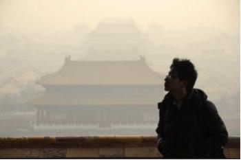 Около 50% холостяков в Китае не являются владельцами автомобиля или дома, они менее образованные и имеют меньший доход, чем одинокие женщины в той же возрастной группе. Фото: Wang Zhao/AFP