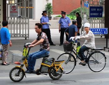 Больница Чаоян в Пекине, где Чэнь Гуанчэн, сбежавший активист, ждёт новостей о своей ожидаемой поездке в Соединённые Штаты. Mark Ralston / Getty Images