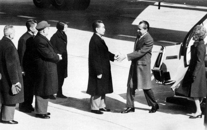 Китайский премьер-министр Чжоу Эньлай приветствует президента США Ричарда Никсона во время его официального визита в Пекин, Китай, 21 февраля 1972 года. Ричард Никсон пытался разыграть карту Китая, чтобы получить преимущество в соревновании с Советским Союзом. Фото: AFP/Getty Images