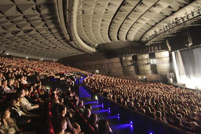 Зрители на представлении Shen Yun в парижском Дворце конгрессов (Palais de Congrиs de Paris), 13 апреля 2013 года. Фото: Epoch Times