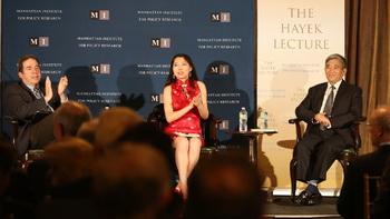 Китайский писатель Ян Цзишэн (справа) принял участие в форуме премии Хайека института Манхэттена вместе с переводчиком Розой Тан и Расселом Робертсом (слева), научным сотрудником Института Гувера. Фото: Du Guohui/The Epoch Times
