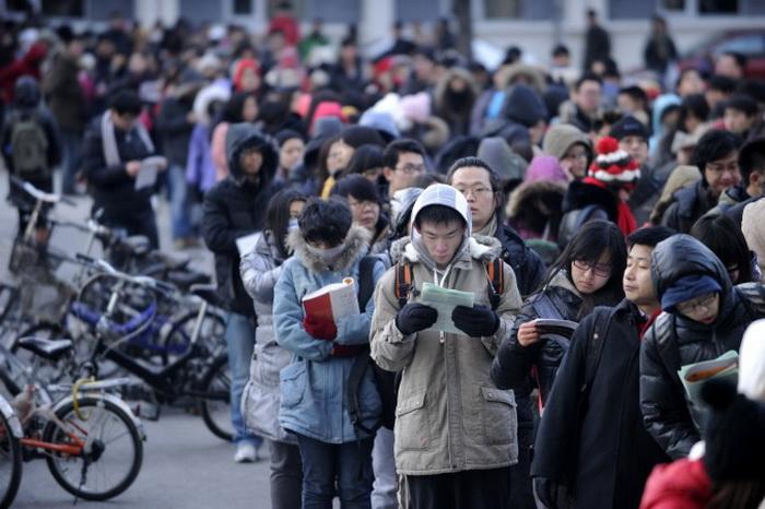 Абитуриенты в ожидании экзамена возле университета в Пекине, 5 января 2013 года. Фото: Wang Zhao/AFP/Getty Images