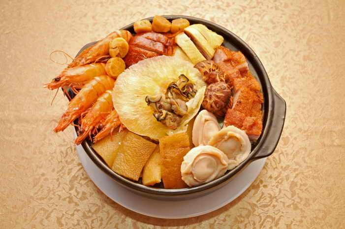 Прекрасная презентация Phщn-tshoi, также известного как Пунь Чой, или Большая чаша наслаждения. Это традиционное блюдо кухни хакка. Фото: Sun Mingguo/Великая Эпоха (The Epoch Times)