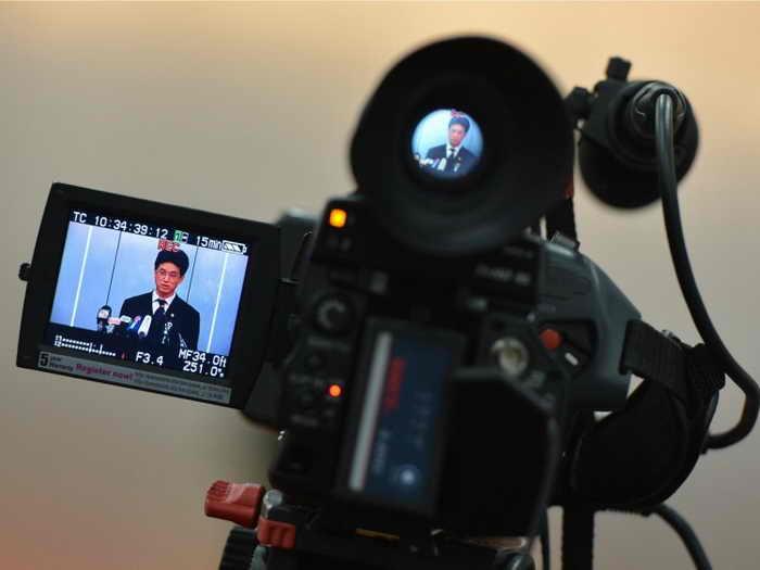На видеокамере Ян Юйцюань, представитель Народного суда Чэнду, объявляет о приговоре экс-начальнику полиции Ван Лицзюню на пресс-конференции в Чэнду, 24 сентября 2012 года. Хотя Ху Цзиньтао, Вэнь Цзябао и Си Цзиньпин постепенно одерживают победу в борьбе двух фракций, они решили не обвинять фракцию Цзян Цзэминя в извлечении органов. Фото: Mark Ralston/AFP/Getty Images