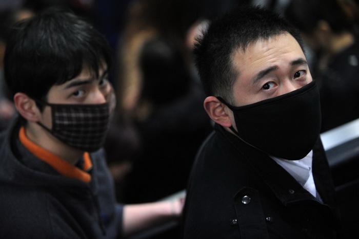 Люди носят маски в метро, чтобы защититься от птичьего гриппа, Шанхай, 9 апреля 2013 года. Фото: Peter Parks/AFP/Getty Images