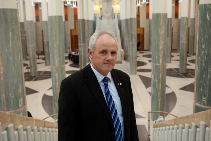 Сенатор Джон Мадиган внёс в Австралийском Сенате предложение призвать правительство противодействовать практике извлечения органов в Китае. Предложение было принято единогласно всеми сторонами. Фото John Madigan
