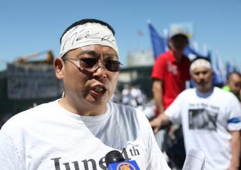 Китайский диссидент Ян Цзяньли на акции, посвящённой событиям на площади Тяньаньмэнь, состоявшейся напротив китайского консульства в Нью-Йорке 4 июня 2013 года. Фото: The Epoch Times