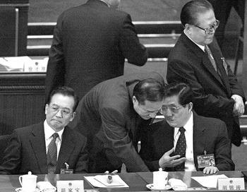 Национальный народный конгресс в Пекине 14 марта 2004г.  Цзян Цзэминь (стоит справа), как сообщалось, сделал попытку убить Ху Цзиньтао (сидит справа), когда он был в море в 2006г. Фото: Getty Images