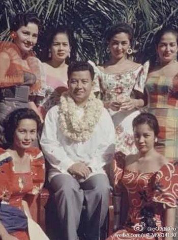 Молодой Нородом Сианук с женщинами. После его смерти китайские пользователи Интернета возмущались излишествами камбоджийского монарха. Фото с сайта weibo.com