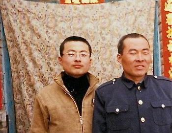 Ли Ланькуй (справа) перед арестом со своим сыном. Ли в настоящее время находится в трудовом лагере, его арестовали во время «чистки» в связи с приездом следующего главы КПК Си Цзиньпина и губернатора Айовы Терри Брэнстэда в провинцию Хэбэй. Фото: Minghui.org
