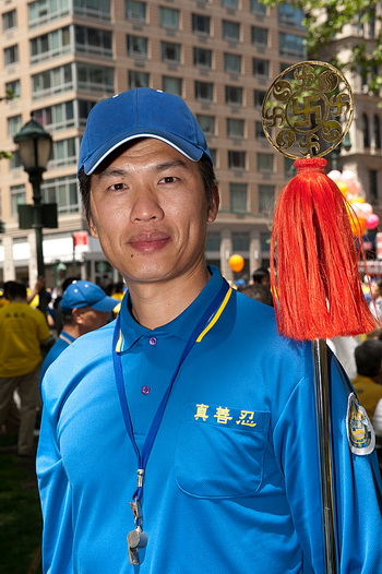 Тамбурмажор Ко Мин Чэн после парада в китайском квартале в субботу, 12 мая. Фото: Риордан Джаллуцио/Великая Эпоха (The Epoch Times)