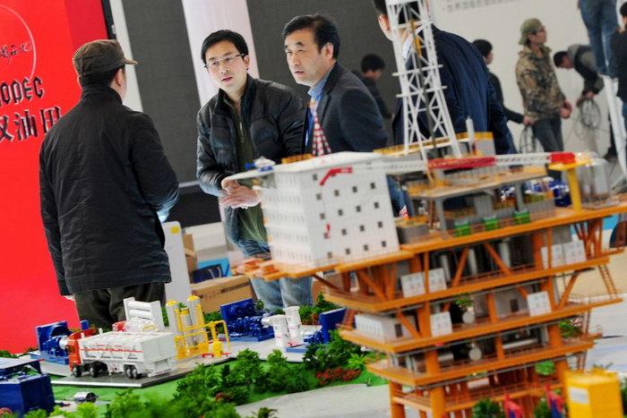 Посетители на выставке нефтяной промышленности и нефтяной разведки в Пекине 21 марта 2012 г. Одной из целей китайского правительства является развитие внутренних энергетических ресурсов. Фото: Mark Ralston/AFP/Getty Images