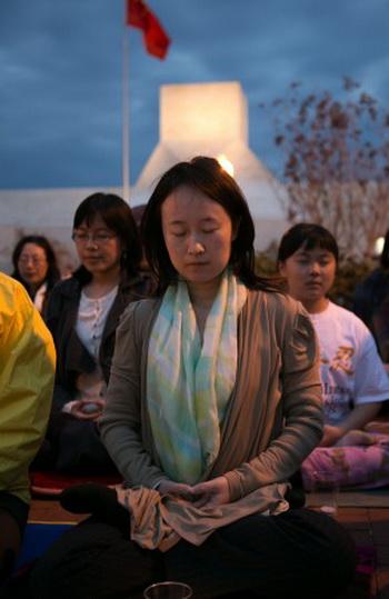 Последователи Фалуньгун проводят акцию возле китайского посольства в Вашингтоне 24 апреля 2013 года. Фото: Lisa Fan/The Epoch Times