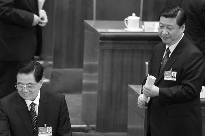 Лидер компартии Китая Ху Цзиньтао (слева) и Си Цзиньпин (справа) на пленарном заседании Национального народного конгресса Китая (NPC) 10 марта 2011 года в Пекине. Источник рассказал корреспонденту The Epoch Times, что Пекин расследует, участвовал ли Чжоу Юнкан в продолжающихся до сих пор антияпонских выступлениях. Фото: Lintao Zhang / Getty Images