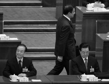 Глава горкома партии Чунцина Бо Силай (в центре) идёт рядом с китайским президентом Ху Цзиньтао (справа) и премьер-министром Вэнь Цзябао (слева) во время третьего пленарного заседания ежегодной сессии Национального народного конгресса, проходившего 9 марта 2012. 15 марта 2012 года Бо был снят Ху и Вэнем. Фото: Liu Jin/AFP/Getty Images