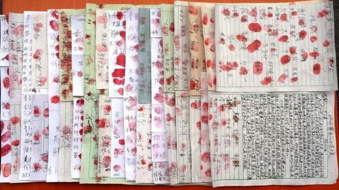 Петиция в поддержку последователя Фалуньгун. Многие поставили свой отпечаток пальца и настоящее имя. Фото с сайта theepochtimes.com