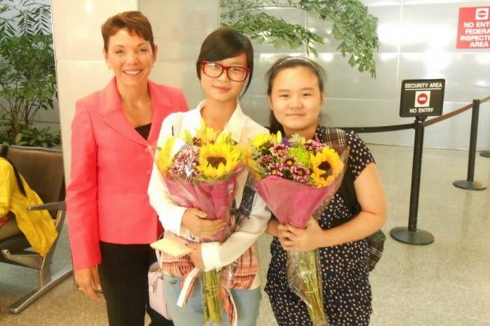 (Справа налево) Чжан Анни, её старшая сестра Чжан Жули и Реджи Литлджон, глава Womens Rights Without Frontiers (Права женщин без границ), калифорнийской международной организации, которая выступает против принудительных абортов и сексуального рабства в Китае. Фото: Reggie Littlejohn