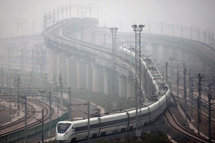 Высокоскоростной поезд отходит с железнодорожного вокзала Хунцяо в Шанхае во время тестового запуска в 2011 году. Фото: ChinaFotoPress/Getty Images