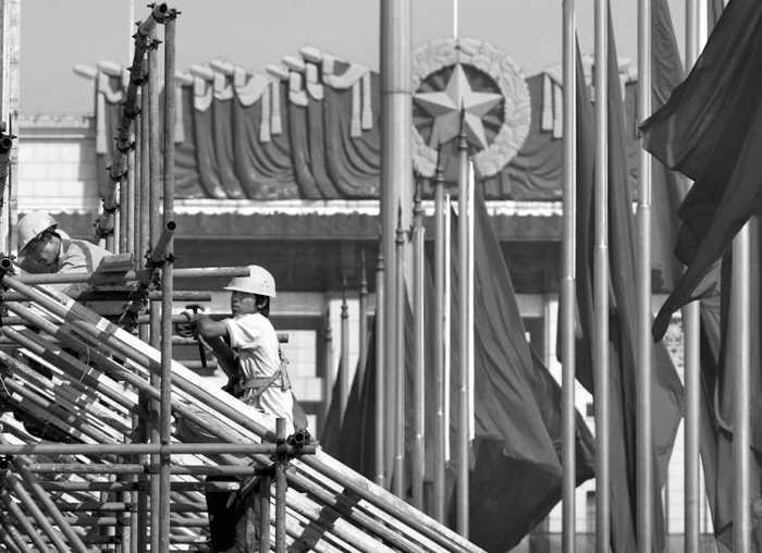 Флаги китайского режима на площади Тяньаньмэнь, Пекин, 12 сентября 2004 года. Коммунистическая партия Китая теряет авторитет на Западе, по мнению эксперта Хэ Цинлянь. Фото: Frederic J. Brown/AFP/Getty Images