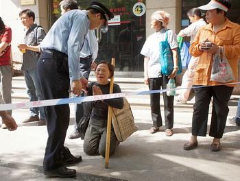 Полиция не пускает женщину в больницу к китайскому активисту Чэнь Гуанчэну, Пекин, 5 мая. Фото: Ed Jones/AFP/GettyImages