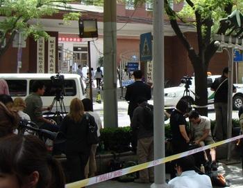 Чэнь Гуанчэн находится в больнице района Чжаоян города Пекина, не может встретиться с друзьями и выйти из палатки, также нельзя встретиться с представителями США. У входа в больницу собрано большое количество СМИ для интервью. Фото с сайта epochtimes.com й