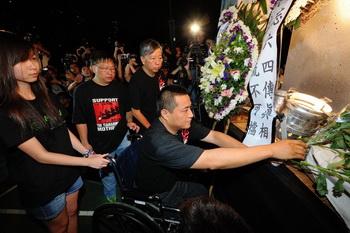 Фан Чжэн, переживший жестокое подавление китайским режимом студенческих протестов в 1989 году, в первый раз принял участие в ежегодной акции в память о жертвах площади Тяньаньмэнь. Его ноги переехал танк. Фото: Сун Пи Лун/Великая Эпоха (The Epoch Times)