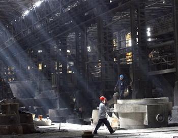 Рабочие металлургического завода города Шэньян провинции Ляонин на северо-востоке Китая в 2007 году. Многие  рудники  в Китае в последнее время закрываются, так как цены на сталь понижаются, что указывает на потенциально суровую расплату за экономику. Фото: AFP / Getty Images