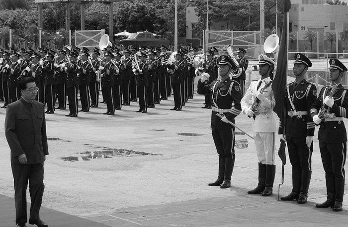 Ху Цзиньтао осматривает гарнизон Народно-освободительной армии во время визита на военно-морскую базу близ Гонконга, июнь 2007 года. Ху Цзиньтао недавно сделал ряд кадровых изменений, которые усилили его власть над китайскими военными. Фото: Mike Clarke/AFP/Getty Images