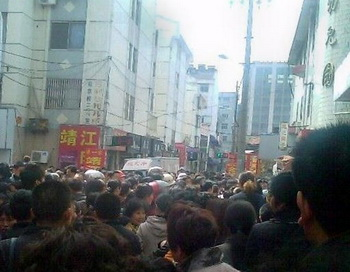Толпа, собравшаяся перед зданием детского сада, где накануне мужчина напал с ножом на 29 детей и трех взрослых. Инцидент произошел 29 апреля 2010 года в Тайсине провинции Цзянсу в южной части Китая. Фото: AFP/AFP/Getty Images