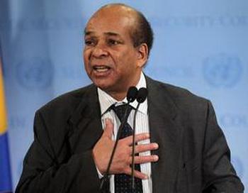 Абдуррахам Мохамед Шалгам, посол Ливии в ООН рассказывает прессе о своем разрыве с главой Ливии Муаммаром Каддафи. Это произошло впервые во время заседания ООН 25 февраля в Нью-Йорке. Фото: AFP/Getty Images