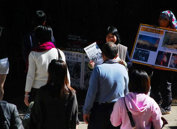 Тайвань. Китайские туристы выходят из рядов коммунистической партии в Центре помощи по выходу из КПК. Фото: Великая Эпоха (The Epoch Times)