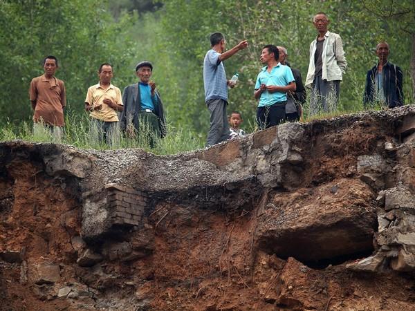 В результате горных выработок начала проседать вся деревня. Провинция Шаньси. Августа 2011 год. Фото: news.ifeng.com