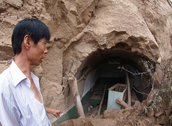 В результате проседания почвы, почти полностью засыпалось жилище 66-летнего Гао Янчжао. Провинция Шаньси. Августа 2011 год. Фото: news.ifeng.com