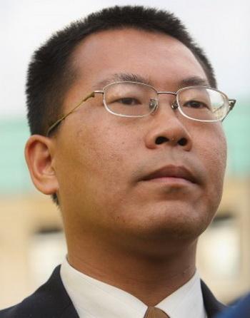 Китайский адвокат Тэн Бяо в Берлине, декабрь 2007 года. Он был недавно в составе группы адвокатов, которая 13 мая посетила «центр юридического образования», также известный как центр промывания мозгов, в провинции Сычуань. Тэн был избит и задержан. Фото: Sean Gallup/Getty Images