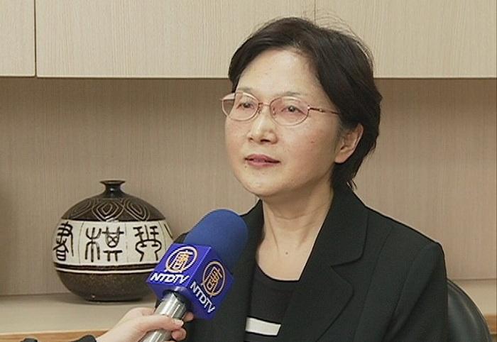 Жуэй-лань Чан, глава Азиатско-Тихоокеанского отделения телекомпании New Tang Dynasty, разговаривает с репортёром об успешном возобновлении контракта с компанией Chunghwa Telecom. Фото с сайта theepochtimes.com