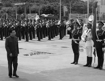 Председатель КНР Ху Цзиньтао ознакомился с гарнизоном Народно-освободительной армии во время визита на военно-морскую базу в Гонконге 30 июня 2007 года. Фото: Mike Clarke-Pool/Getty Images