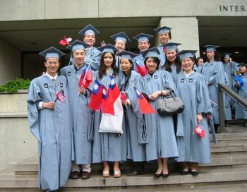 Ли Ванчжи в заднем ряду крайний справа. Снимок сделан в 2001 году. Тан Байцяо в заднем ряду, крайний слева. Фото любезно предоставил Тан Байцяо.