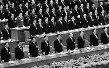 Китайские лидеры Ло Гань, У Гуаньчжэн, Цзя Цинлинь, У Банго, Ху Цзиньтао, Цзян Цзэминь, Вэнь Цзябао, Цзэн Цинхун и Ли Чанчунь на XVII съезде коммунистической партии Китая в Большом Народном Зале, 21 октября 2007 года, Пекин, Китай. Фото: Guang Niu/Getty Images