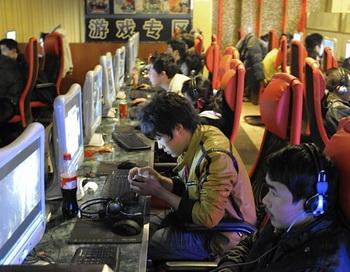 Китайцы играют в онлайн игры в интернет-кафе в Пекине. Фото: Liu Jin/AFP/Getty Images