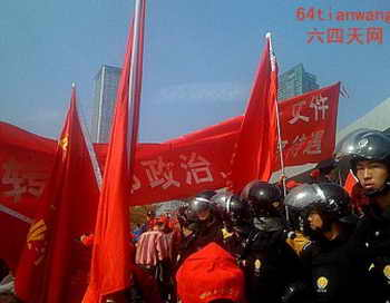 Больше 500 ветеранов собрались перед Офисом писем и обращений в Шэньчжэне в январе 2013 г. Местные власти послали полицию, чтобы их контролировать. Фото: 64tianwang.com