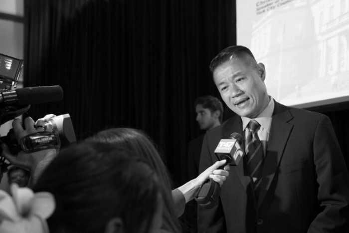 Ревизор Нью-Йорка Джон Лю общается с прессой, впервые в качестве кандидата на пост мэра города, 12 июня 2012 года, Манхэттен. Фото: Benjamin Chasteen/The Epoch Times