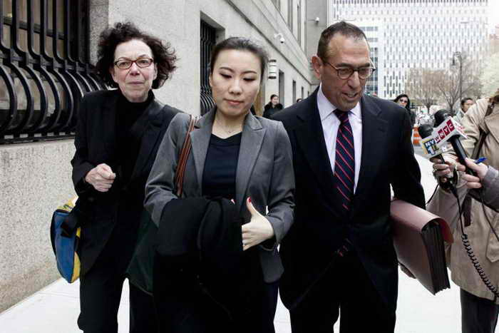 Казначей кампании ревизора Джона Лю Дженни Хоу (посередине) выходит из окружного суда Манхэттена с адвокатами Джарольдом Лефкартом (справа) и Шерил Райх (слева), Нью-Йорк, 16 апреля 2013 года. Фото: Samira Bouaou/The Epoch Times