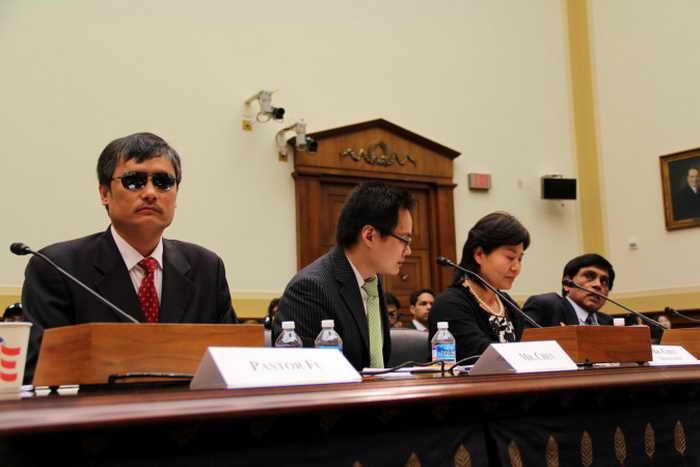 Слепой активист Чэнь Гуанчэн (слева), жена адвоката Гао Чжишена, Гэн Хэ (вторая справа) и д-р Т. Кумар (справа), представитель «Международной амнистии», на слушаниях в Конгрессе по правам человека в Китае, 9 апреля 2013 года. Фото: Shar Adams/Epoch Times Staff