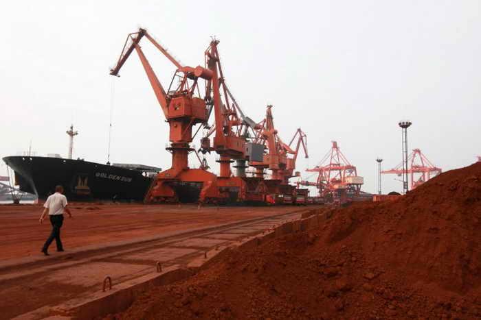 Погрузка редкоземельной породы в порту Ляньюньган восточной китайской провинции Цзянсу, 5 сентября 2010 года. Китай добывает более 90% редких ископаемых в мире, что начинает беспокоить Пентагон. Фото: STR/AFP/Getty Images