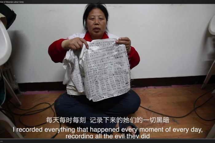 Лю Хуа держит записи о пытках и жестоком обращении, которые она смогла вынести из трудового лагеря. Фото с сайта theepochtimes.com