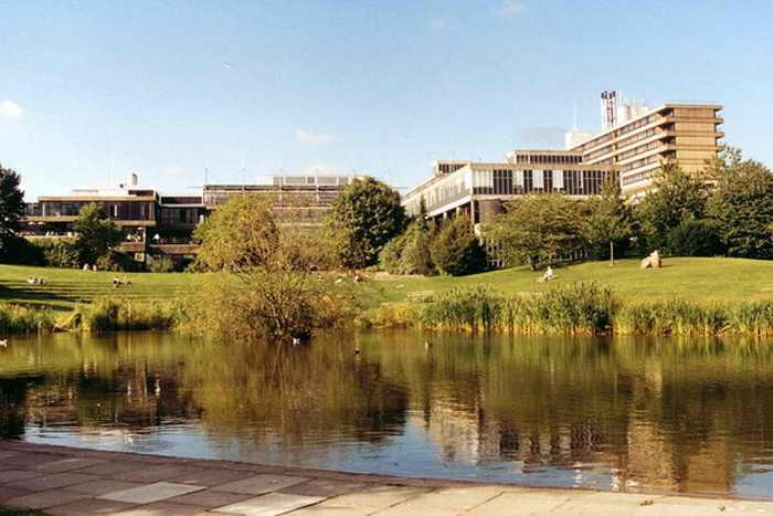 Университет на территории университетского городка Бат около Claverton Down, где бывший китайский студент Ян Ли попытался подкупить преподавателя с целью получить зачёт за диссертацию, за которую ранее была выставлена отметка «неудовлетворительно».  Фото: Philip Pankhurst/Wikimedia Commons